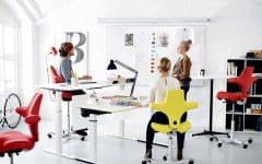 Ti_tips_friskere_hverdag_hvitt_kontor_kontorarbeidere_røde_gule_stoler_2